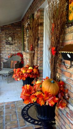❤ Awesome fall front porch decorating ideas on a budget - There are a lot of great ideas when it comes to fall porch decor and we've gathered some of out favorites here so we can share them with you. Fall Door Decorations, Diy Halloween Decorations, Thanksgiving Decorations, Thanksgiving Salad, Harvest Decorations, Halloween Ideas, Porche Halloween, Autumn Decorating, Decorating Ideas
