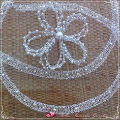 Tiara em trama reta, toda trabalhada em fio de metal bem fino, com 1,20 m e flor de 5 petalas duplas. <br>Com aplicação de strass em ambas as peças. <br>Folheação á sua escolha.