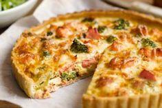 Super snel én gezond recept. Bij deze hartige taart met gerookte zalm en mozzarella eet je je vingers op. Het is toch een plaatje: