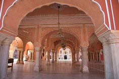 Find out the best places to visit in Jaipur from the Hawa Mahal to Temple of Galtaji, and more, with this guide to India's pink city! Learn everything there is to see, right in the heart of Rajasthan. Chicago Travel, Michigan Travel, Islamic Architecture, Beautiful Architecture, Wonderful Places, Great Places, City Palace Jaipur, India Travel Guide, Palace Interior