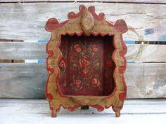 Oratório todo em madeira de demolição, pintado à mão. Tamanho aproximado: 25 x 18  * São Francisco não incluído. R$ 50,00