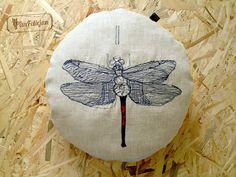 Okrągła, mięciutka poduszka z haftowanym motywem ważki, wykonana z wysokiej jakości, naturalnego lnu i bawełny.  średnica: 42 cm