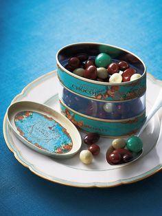 好みの味を自分で詰めるチョコレートボールの量り売りが人気の「カカオマーケット」。中身はアーモンドやマカダミアなどのナッツが基本だが、なかにはエスプレッソ豆入り、ベーコン風味のプレッツェル入りなどユニークなものも! こちらのセットは、味のバランスを考えて、8種をセレクトした限定アソート。ひと粒ごとにフレーバーが違う、食べて楽しいチョコレート。中が透けてみえる、珍しいオーバル缶にも注目を!<DATA>「チョコレートボールアソート オーバル缶」¥3,000(本体価格、2個以上ご購入の場合はお届け先が1カ所なら1個分の送料でお届け)内容/250g常温便※賞味期限は、常温で8カ月>>購入はこちら Dessert Drinks, Dessert Recipes, Desserts, Design Package, Label Design, Food Packaging Design, Coffee Packaging, Bottle Packaging, Chocolate Packaging