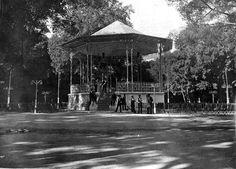 Kiosco de la música del Retiro , fue construido en 1925 por el arquitecto municipal Luis Bellido. Fue intervenido en diversas ocasiones hasta presentar el aspecto que en la actualidad conocemos y, todavía hoy, es el escenario de los ciclos de conciertos de primavera y verano de la Banda Sinfónica Municipal de Madrid.