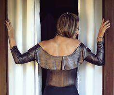 BODY METALIZADO em malha preta metalizada, possui a parte interna lisa, macia e confortável. O decote ombro a ombro é enfeitado com babados por toda a circunferência, proporcionando balanço e movimento delicados. Uma peça versátil que se encaixa com as mais variadas composições e ocasiões.