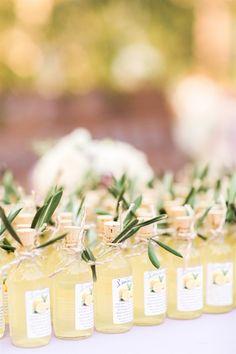 photo mariage des cadeaux originaux pour les invités, modèles de mini bouteilles personnalisées au jus de citron