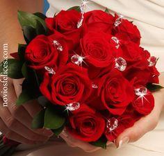 Ramillete de rosas rojas adornado con perlas de cristal