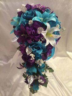 Bouquet de mariée paquet violet Turquoise Malibu Rose Tiger Lily Bridal Bouquet Cascade ensemble soie mariage fleurs Faux diamants sur les poignées. Vous auriez aimer cet ensemble de fleurs et il va très bien avec la couleur de Davids Bridal Malibu Cet ensemble de fleurs est fait