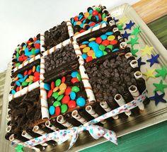 Torta de cumpleaños súper golosa 😋 Bizcochuelo de vainilla relleno y cubierto de sabor chocotorta, bien húmedo, riquísimo! Especial para los más chicos x su sabor!  #torta #cumpleaños #pastel #golosinas #candy #rocklets #chocolate #tabletas #habanitos #confites #bizcochuelo #vainilla #chocotorta #libertinacandybar #dulce #colorido #delicioso #yummy #quieroeso #bomba Chocolate Birthday Cake Decoration, Birthday Cake Decorating, Choco Torta, Baking For Beginners, Food Cravings, Fondant Cakes, Cake Designs, Donuts, Brownies