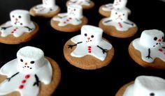 Le réchauffement climatique fait des dégâts partout sur la planète....et même dans ma cuisine !! Regardez mes pauvres bonhommes de neige........ils fondent !!!! hihihihi, ben oui je m'amuse avec les biscuits de l'Avent ! C'est aussi ça les fêtes ;) Ingrédients...