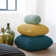 Voor meer pit in je interieur leg je de grof gebreide Ferm Living Cushion geel 55x55 op de bank of op de grond. #kussen