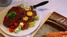 Persisk kjøttrull med egg - Kjøttrullen fylt med egg og urter serveres med stekte tomater og limebåter. Lily Bandehy har laget kokebok med persisk mat.NRK