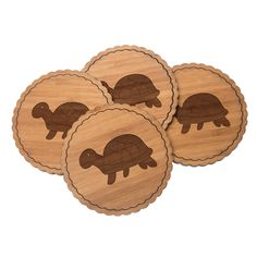 4er Set Untersetzer Rundwelle Schildkröte seitlich aus Bambus  Natur - Das Original von Mr. & Mrs. Panda.  Diese runden Untersetzer als 4er Set mit einer wunderschönen Wellenform sind ein besonderes Highlight auf jedem Esstisch. Jeder Gläser Untersetzer wurde mit viel Liebe handgefertigt und alle unsere Motive sind mit besonders viel Hingabe von unserer Designerin gestaltet worden. Im Set sind jeweils 4 Untersetzer enthalten.    Über unser Motiv Schildkröte seitlich  Unsere süße Schildkröte…
