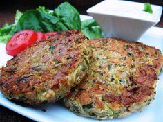 Gli hamburger di zucchine sono un secondo piatto vegetariano e leggero, ma molto gustoso. Sono perfetti anche per farcire panini.