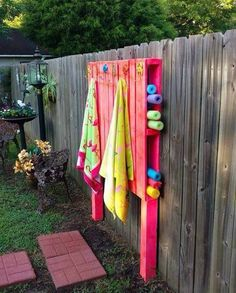 DIY Pallet Pool Noodles and Towel Holder - Summer Hacks Backyard Projects, Outdoor Projects, Outdoor Decor, Backyard Toys, Backyard Pool Landscaping, Pallet Ideas For Backyard, Diy Pool Toys, Budget Backyard Ideas, Outdoor Spaces