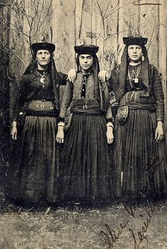 Clothing, a very very long time ago. Portugal, Folk Costume, Costumes, Vintage Outfits, Vintage Fashion, Folk Clothing, Old Dresses, Woman Within, Romantic Look