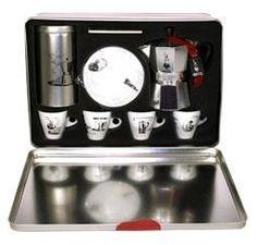Bialetti Moka Carosello on todellinen espressonystävän toivelahja!    Kauniiseen peltirasiaan pakattuun lahjasettiin kuuluu: aito ja alkuperäinen Bialetti mutteripannu, jolla keität kerralla kolme espressokupillista kahvia, 1 keraaminen alusta keittimelle, peltinen tyylikäs kahvipurkki espresso-kahvin säilytykseen ja 4 posliinista espressokuppia ja asettia vintage-kuvioinnilla.