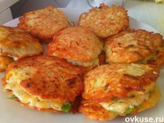 Оладушки кабачковые - Простые рецепты Овкусе.ру  На терке натереть кабачок, луковицу, морковку. Добавить муку, яйцо, соль, перец. Обжарить оладьи на подсолнечном масле с двух сторон.  Начинка: Тертый сыр, сметана(или майонез), чеснок, зелень.