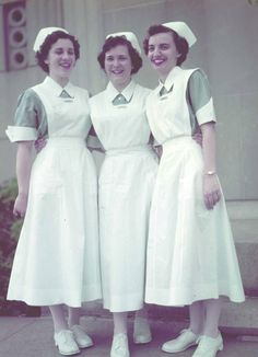 student nurses - the only change in student nurses uniforms for many years was the white hose and shoes. My class that entered Phila. School of Nursing in was the first not to have to wear black hose and shoes as they entered the school. 1950s Fashion, Vintage Fashion, History Of Nursing, Nursing Pictures, Funny Pictures, Vintage Nurse, Nurse Costume, Oldschool, Nursing Clothes