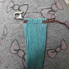 Safety pin brooch tutorial by AdikHelpfull when making friendship braceletsMake a backward knot with your last string over the Friendship Bracelets Tutorial, Friendship Bracelet Patterns, Bracelet Tutorial, Safety Pin Jewelry, Brooches Handmade, Homemade Jewelry, Macrame Patterns, Bijoux Diy, Micro Macrame