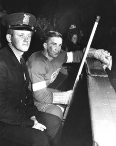 Fun fact: prior to NHL arenas did not have separate penalty boxes. Both teams shared the same box. To discourage players from fighting in the box and to protect the visiting team from angry. Detroit Sports, Detroit News, Blackhawks Hockey, Chicago Blackhawks, Hockey Pictures, Sports Pictures, Nhl Wallpaper, Ted Lindsay, Nhl Games