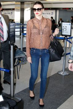 """Es la manera mas casual (Y chic) de llevar el estampado de leopardo. Toma nota de su truco: Combinar la camisa de seda con unos sencillos pitillos y bailarinas. Un outfit que la top utiliza para viajar en avión y cien por cien llevable para la """"ofi""""."""