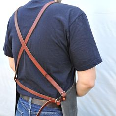 I am going to make myself a nice leather apron. Wondering what kind of suspension system do you like the best? Im think of crossed straps similar to this: Waxed Canvas, Canvas Leather, Leather Apron, Leather Bag, Vintage Leather, Vintage Men, Barber Apron, Barista, Work Aprons