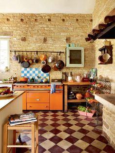 Las Cositas de Beach & eau: Preciosas cocinas con un punto de cáos....me gustan esas cocinas donde las cosas se acumulan desordenadamente ordenadas.....están llenas de vida...............................