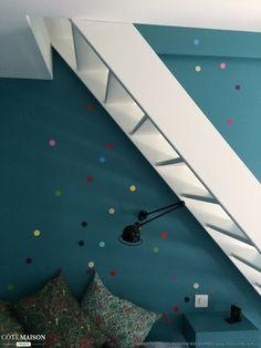 Un mur à pois donne un air enfantin et joyeux à une pièce