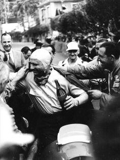 frenchcurious:  Juan-Manuel Fangio (Alfa Romeo 158) fête sa victoire dans le Grand Prix de Monaco 1950. - L'Age d'or de la course automobile.
