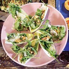 Belegd witloofblaadje: met rucola, pesto, parmezaanse kaas & noten. Maak zelf pesto door rucola, basilicum, olie, peper & zout fijn te malen.