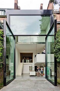 Cette magnifique maison aux mur de briques a été aménagée par les deux architectes, Pieter Peerlings et Silvia Mertens, du cabinet Sculp[IT]. Avec une décoration moderne et rétro, elle bénéficie d'une luminosité incomparable. En effet avec ses grandes baies vitrées de 3 mètres de large par 6 de
