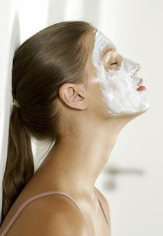Use a yogurt mask on your face to fight acne & rejuvenate skin. 2 tablespoons plain yogurt 1 tablespoon fresh lemon juice 1 tablespoon honey *Mix all ingredients in a bowl and apply to face. Let dry for 30 minutes and wash off. Beauty Tips For Face, Beauty Make Up, Beauty Care, Diy Beauty, Beauty Hacks, Yogurt Face Mask, Honey Face Mask, Masque Anti Ride, Anti Ride Naturel