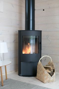 Modernisti kodikas | Idealista Scandinavian Cabin, Nordic Home, Cabin Fireplace, Fireplace Design, Fireplace Modern, Cottage Design, House Design, Summer House Interiors, Contemporary Cabin