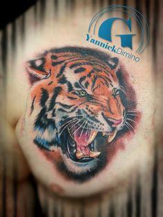 Un tigre rugissant signé Yannick Dimino, tatoueur à Valence.