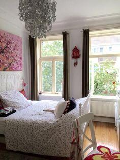 Weiße #Möbel In Kontrast Zum Schönen Dielenboden Aus #Echtholz. Dazu  Vorhänge In Anthrazit. #Einrichtung #Minimalismus #ideen #u2026 | Ideen Fürs  WG Zimmer ...