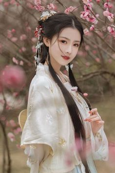 Dresses for Women Beautiful Asian Women, Beautiful People, China Girl, Chinese Clothing, Poses, Hanfu, Ulzzang Girl, Traditional Dresses, Traditional Chinese