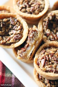 These Mini Pecan Pies have all the flavors of traditional pecan pie, but in mini form and individual servings. Super easy and great for entertaining! Mini Peach Pies, Mini Lemon Tarts, Mini Pies, Finger Desserts, Mini Desserts, Pecan Pies, Dump Cake Recipes, Pie Recipes, Health Desserts