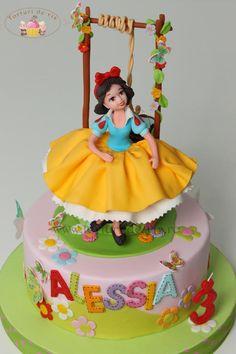Snow White - Cake by Viorica Dinu White Birthday Cakes, Snow White Birthday, Birthday Cake Girls, Baby Cakes, Girl Cakes, Fondant Cakes, Cupcake Cakes, Cupcakes Princesas, Snow White Cake