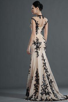 Vestido de fiesta largo de tela bordada de estilo señorial.