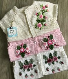 This Pin was discovered by TC Knitting For Kids, Baby Knitting Patterns, Crochet Patterns, Crochet Baby, Knit Crochet, Brazilian Embroidery, Baby Vest, Baby Socks, Baby Sweaters