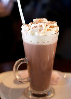 Une boisson chaude gourmande pour se réchauffer cet hiver avec ce chocolat viennois à la chantilly et caramel au beurre salé ! Hot Chocolate Coffee, Chocolate Sweets, Ice Cream Drinks, Smoothies, Macaron Cookies, Starbucks Recipes, Frappe, Sweet Cakes, High Tea