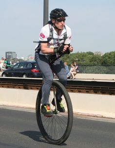This weekend was the Dusseldorf Marathon where 78 Unicyclists took part. Pro Bike, Unicycle, Cool Bicycles, Biker Girl, Marathon, Cycling, Sports, Cars, Holiday