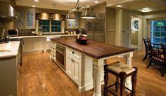 Ocupa muito espaço, mas isso não é problema se você é rico e tem até uma mesa de jantar dentro da cozinha que nem usa.
