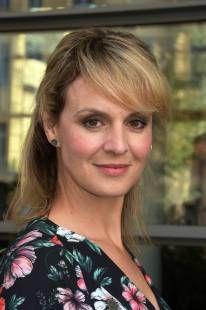 Anja Nejarri Spielt Bei In Aller Freundschaft Die Beliebte Arztin Dr Peters In 2020 In Aller Freundschaft Freundschaft Anja Nejarri