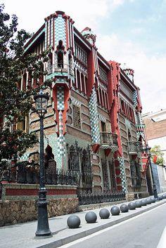 Casa Vicens, Barcelona -1883-1889 - ligt aan de Carrer de les Carolines op nummer 24 in de wijk Gràcia