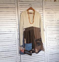 Das Oberteil dieses lässige Pullover Tunika diente eine dunkle Creme Baumwolle Fisherman Pullover. Der Saum ist von verschiedenen Hemdsärmel, meist kleine Karos. Dekoriert mit Camo Taschen, Jeans-Tasche und Spitze und Stoff Patches. Öffnet vor, wird mit zwei Knöpfen auf dem Mieder, der Saum ist offen. Die Ärmel in den Saum habe unten ein paar Zoll genäht worden, der Rest ist offen und umfasst meist rohe Kanten, die nach dem Waschen (identisch mit dem Dekor) mehr Ausfransen werden.  Ist über…