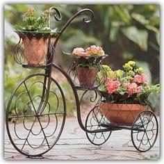 Idea de como aprovechar una bicicleta vieja para decorar el jardín!