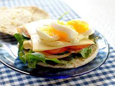 Pita sandwich met kip, bacon, kaas en ei