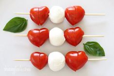 Mini Caprese Skewers make a great and healthy school lunch for kids! Add pepperoni and prosciutto Caprese Skewers, Veggie Skewers, Caprese Salad, Mozzarella Caprese, Mozarella, Fruit Kabobs, Cute Food, Good Food, Yummy Food